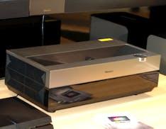 Laser Cast 4k proietta 100'' di immagine a 50 cm di distanza. Ed è 4K HDR