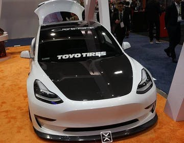 Tesla Model 3 elaborata? Al CES ha kit estetico e audio da 3.000 Watt