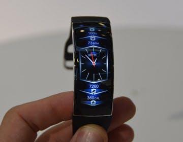 Abbiamo provato Amazfit X, il braccialetto di Huami con schermo flessibile: piccolo, ma molto piacevole