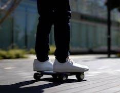 Walkcar sfida la mobilità urbana: ecco il mini-veicolo che sembra un laptop