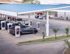 Il manager capo della divisione Apple Pay passa a Tesla: curerà la Supercharger Experience