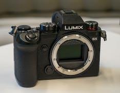 Questa è la nuova Lumix S5, la full frame Panasonic per tutti. Foto fino a 96 megapixel e video HDR per professionisti