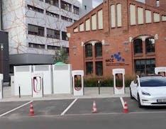Il nuovo Supercharger V3 di Berlino è in città. Tesla cambia strategia