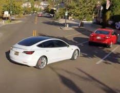 Gioie e dolori di una Tesla in full-self-driving: il drone che la riprende è più preciso