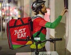 Rivoluzione Just Eat: dal 2021 i rider saranno dipendenti, assunti e con tutele