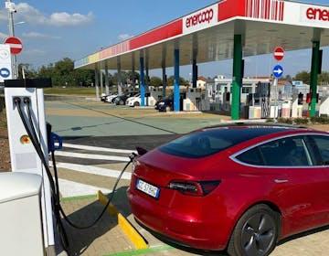 Milano, scatta l'obbligo della colonnina di ricarica per tutti i distributori di carburante
