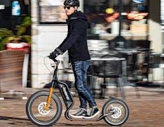 Kobrascooter è il monopattino elettrico italiano che somiglia ad un ciclomotore