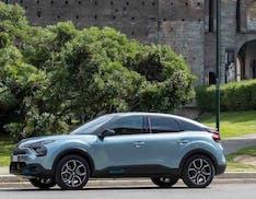 """Alla guida di Citroën ë-C4 nel centro storico: la prova delle sospensioni con effetto """"tappeto volante"""""""