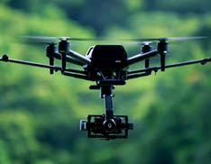 Il drone Airpeak di Sony sorvola un'isola giapponese. Il video è spettacolare