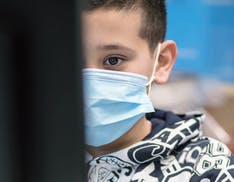 Povertà digitale, i dati sono drammatici: 1 tredicenne italiano su 3 in DaD non è capace di scaricare un file da Internet