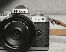 Nikon Z fc, ecco i prezzi italiani della nuova mirrorless con le linee del passato. Si parte da 1.049 euro con SD da 64 GB compresa
