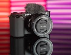 """La vlog cam diventa mirrorless: la recensione della nuova Sony ZV-E10, la """"terra promessa"""" dei video selfie"""