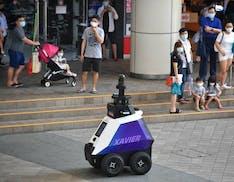 A Singapore c'è un robot poliziotto che controlla assembramenti e fumatori