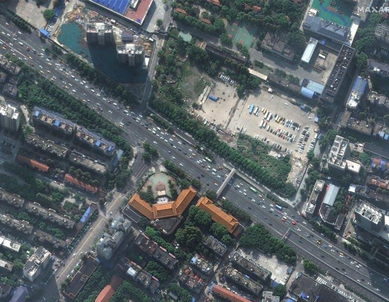 """Città vuote e ospedali che """"spuntano come funghi"""" nelle foto satellitari in tempo di Coronavirus"""