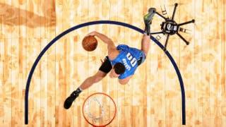 Il drone cestista partecipa alla gara di schiacciate