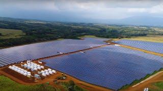Un drone riprende l'incredibile impianto solare Tesla alle Hawai
